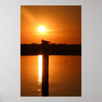 Puesta del sol de la ciudad de la isla del mar póster