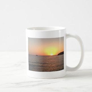 Puesta del sol de la costa del norte taza clásica