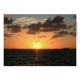 puesta del sol de la Florida sobre la isla del río Tarjetón