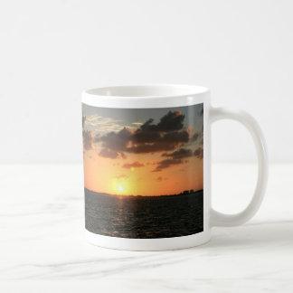 puesta del sol de la Florida sobre la isla del río
