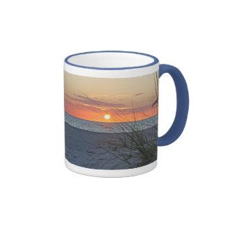 Puesta del sol de la isla del tesoro, taza de la v