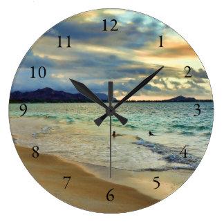 Puesta del sol de la isla hawaiana con números reloj redondo grande