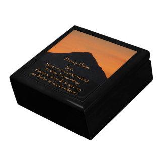 Puesta del sol de la montaña del rezo de la caja de recuerdo