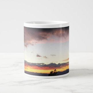 Puesta del sol de la montaña en invierno taza grande