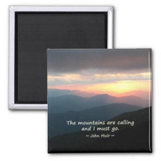 Puesta del sol de la montaña: Mtns que llama la Imán Cuadrado
