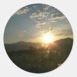 Puesta del sol de la montaña pegatina redonda