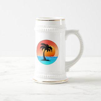 Puesta del sol de la palmera jarra de cerveza