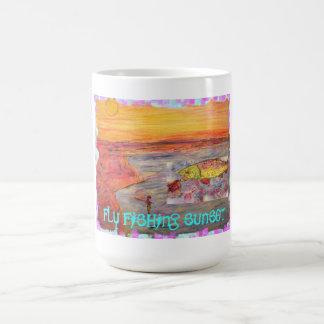 puesta del sol de la pesca con mosca taza de café