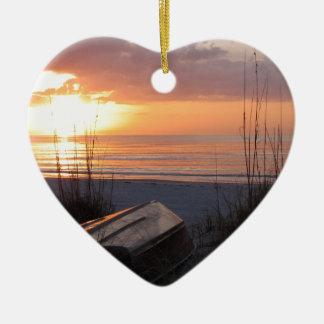 Puesta del sol de la playa con el barco ornamento de navidad