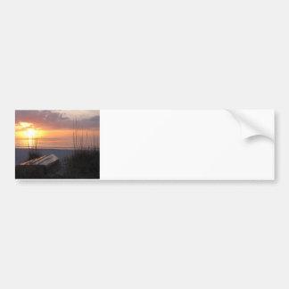 Puesta del sol de la playa con el barco pegatina para auto