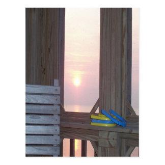 Puesta del sol de la playa con las herraduras postales