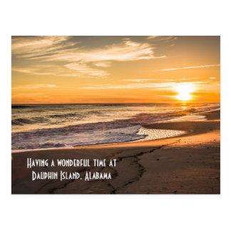 Puesta del sol de la playa de la postal en la isla