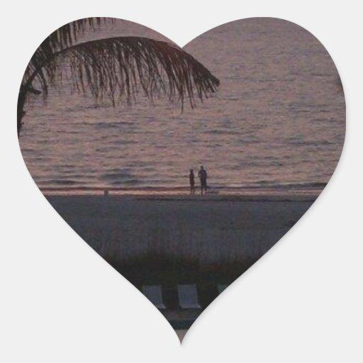 Puesta del sol de la playa pegatina en forma de corazón