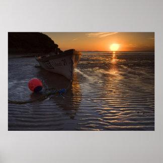 Puesta del sol de la playa y del barco póster