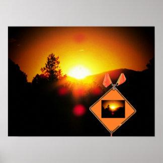 Puesta del sol de la precaución a continuación póster