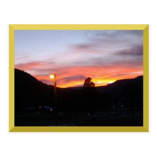 Puesta del sol de la primavera en la postal de