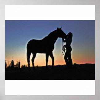 Puesta del sol de la vaquera y del caballo póster