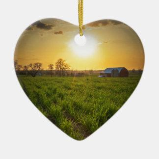 Puesta del sol de las tierras de labrantío adorno navideño de cerámica en forma de corazón