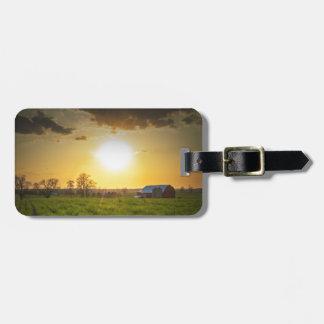Puesta del sol de las tierras de labrantío etiquetas bolsas