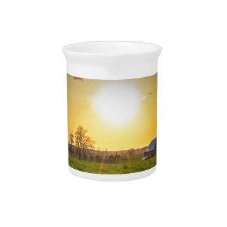 Puesta del sol de las tierras de labrantío jarras para bebida
