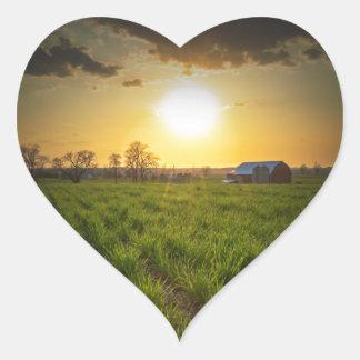 Puesta del sol de las tierras de labrantío pegatina en forma de corazón