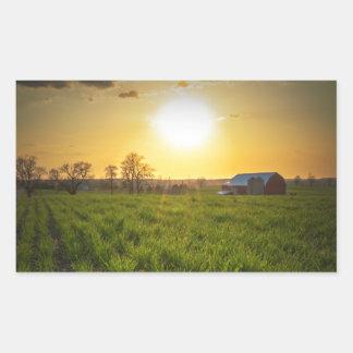 Puesta del sol de las tierras de labrantío pegatina rectangular