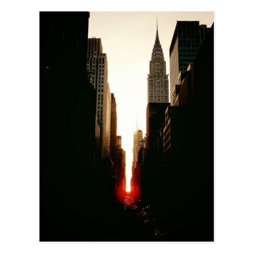 Puesta del sol de Manhattanhenge y la construcción Tarjeta Postal
