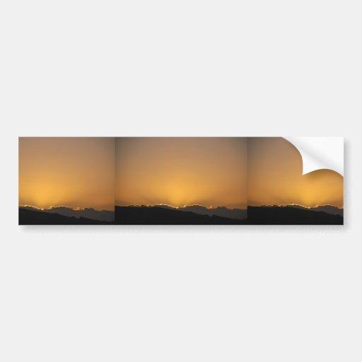 Puesta del sol de oro detrás de las montañas pegatina para auto