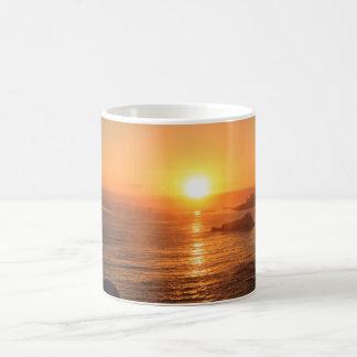 Puesta del sol de oro por momentos especiales en taza de café