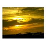 Puesta del sol de oro postales