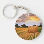 Puesta del sol de oro sobre campo de granja llaveros