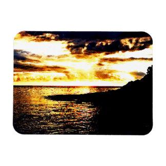 Puesta del sol de oro sobre el agua en Dominica Imanes Rectangulares