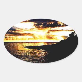Puesta del sol de oro sobre el agua en Dominica Pegatina De Oval