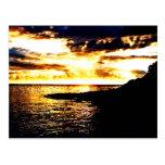 Puesta del sol de oro sobre el agua en Dominica Postal