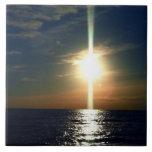 Puesta del sol de oro sobre las tejas de la foto d