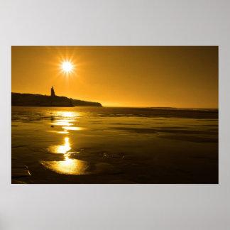 puesta del sol de oro soleada de la playa del ball póster