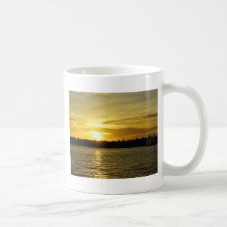 Puesta del sol de oro tazas de café