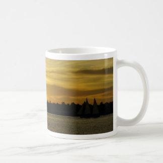 Puesta del sol de oro taza de café