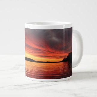 Puesta del sol de oro taza grande