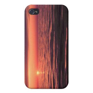 Puesta del sol de relajación en el mar iPhone 4 protectores