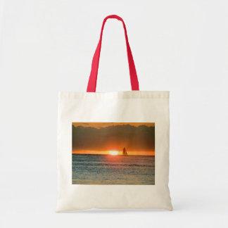Puesta del sol de Waikiki con la silueta del veler Bolsas