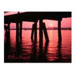 Puesta del sol debajo del embarcadero tarjetas postales