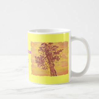 puesta del sol del árbol del enebro taza básica blanca