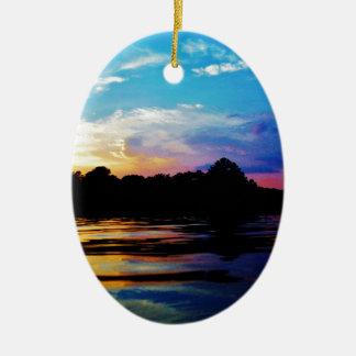 Puesta del sol del arco iris en el lago de la mont