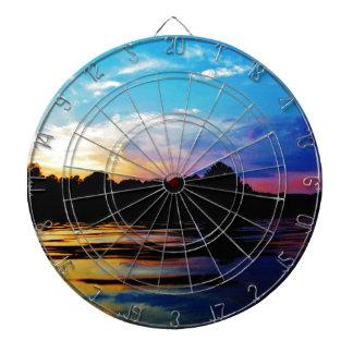 Puesta del sol del arco iris en el lago de la mont tablero dardos