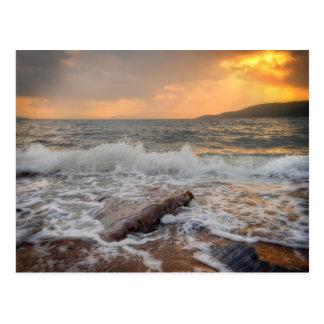 Puesta del sol del brazo de mar de abandonado postal
