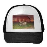 Puesta del sol del && del granero del país gorras de camionero