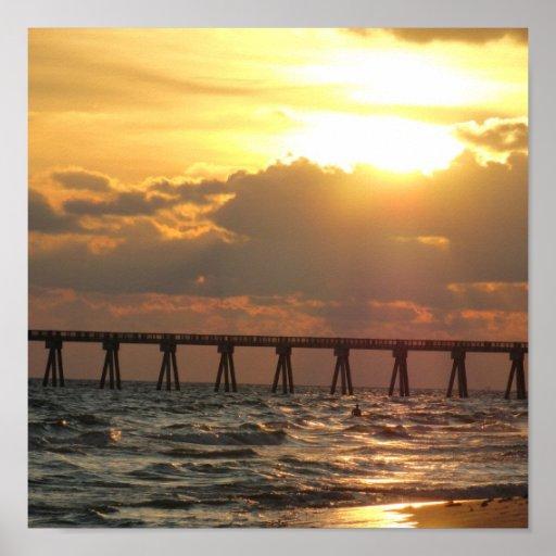 Puesta del sol del embarcadero de la playa de ciud póster