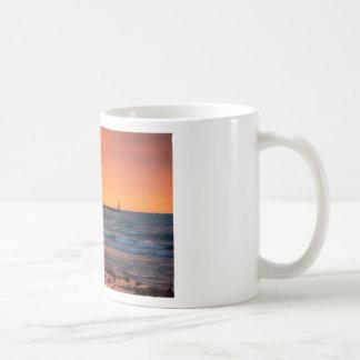 Puesta del sol del faro taza clásica
