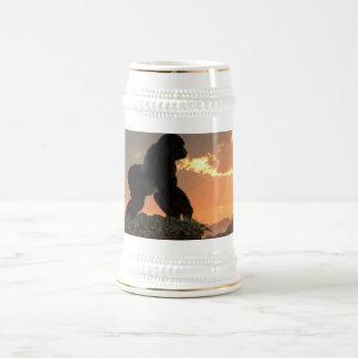 Puesta del sol del gorila jarra de cerveza